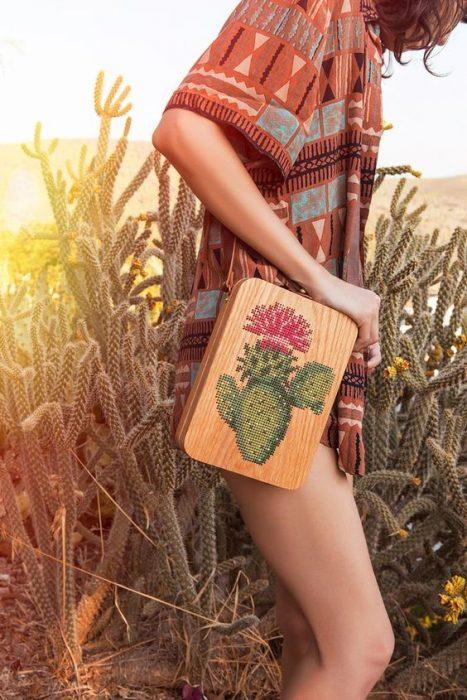 chica llevando bolso con bordado de nopal