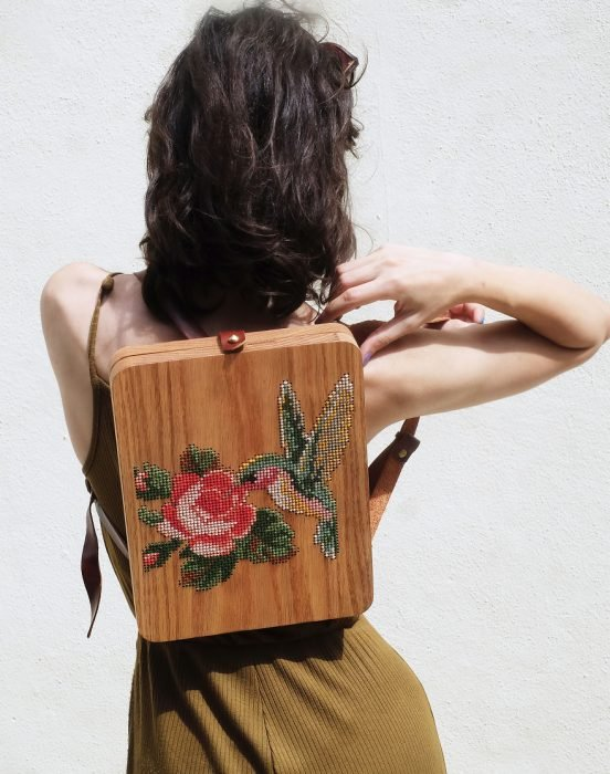chica llevando mochila bordada