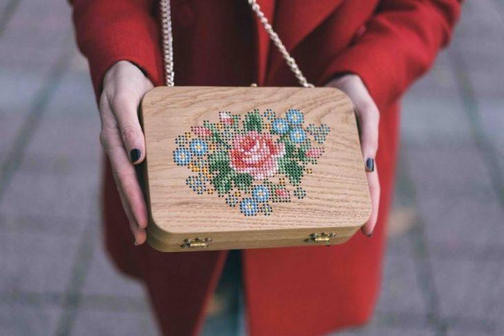 bolso de mano con una rosa bordada