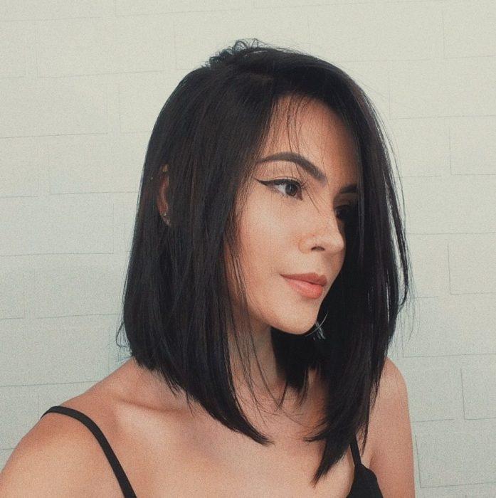 Chica con cabello negro al hombro, long bob