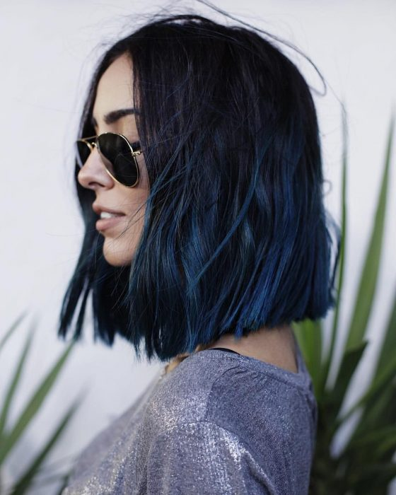 Chica con cabello negro y azul al hombro, long bob