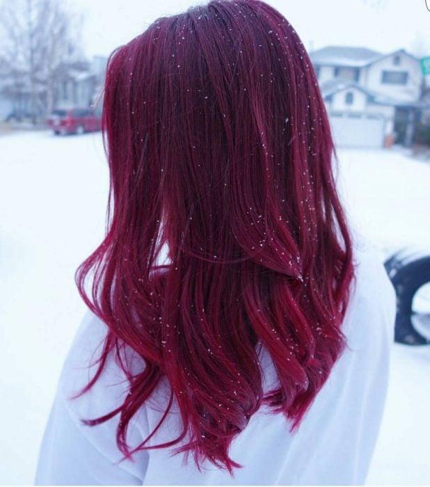 Chica con cabello rojo borgoña