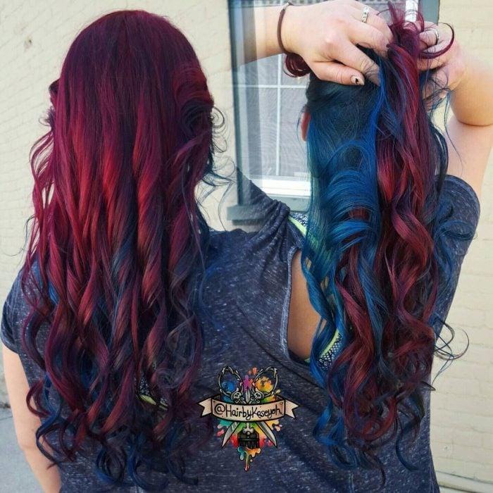 Chica con cabello rojo borgoña y azul