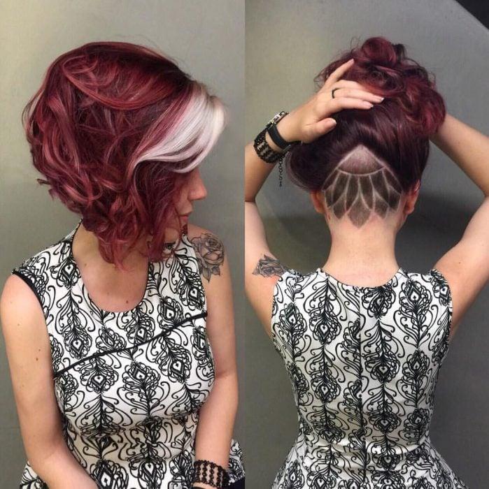 Chica con cabello rojo borgoña rapada