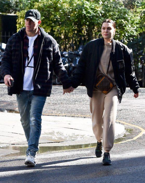 Channing Tatum y Jessie J, pareja vestida de manera casual camina tomada de la mano en la calle