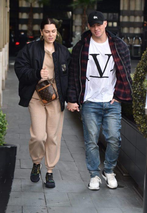 Channing Tatum y Jessie J, pareja camina tomada de la mano en la calle