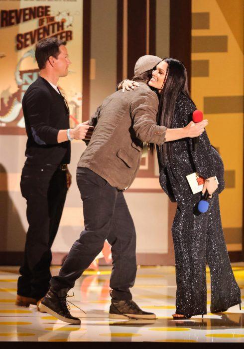 Channing Tatum y Jessie J abrazándose en los premios MTV 2015