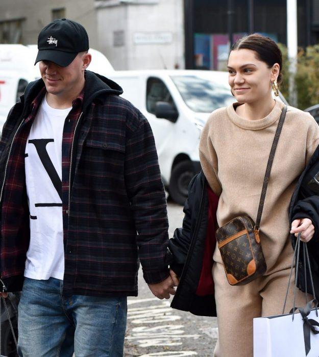 Channing Tatum y Jessie J, pareja vestida de forma casual camina tomada de la mano en la calle