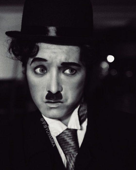 chics vestida como Charles Chaplin