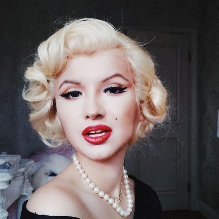 chica vestida como Marilyn Monroe