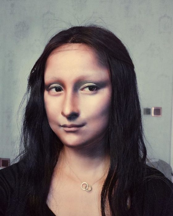 chica vestida como la Mona Lisa
