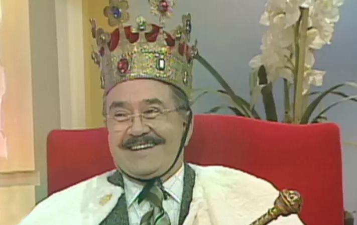 Meme del conductor del programa Ventaneando, Pedrito Sola, usando una corona, capa y cetro de rey para coronarse como el rey del chisme
