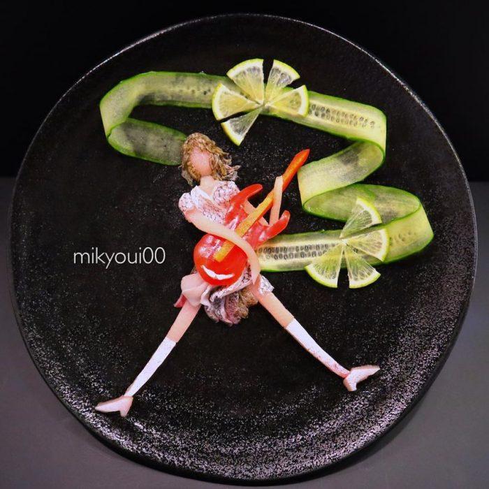 chica tocando la guitarra con limón