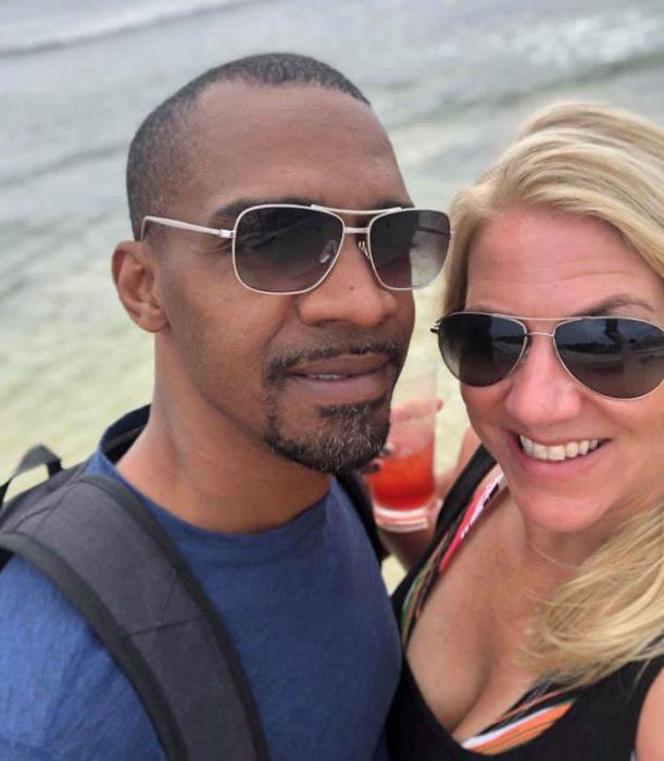 pareja de esposos en la playa