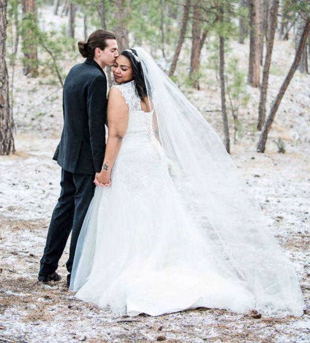 pareja de recién casados paseando en el bosque