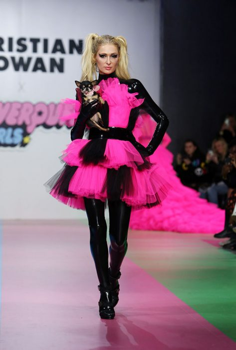 Paris Hilton desfilando como una chicasuperpoderosa