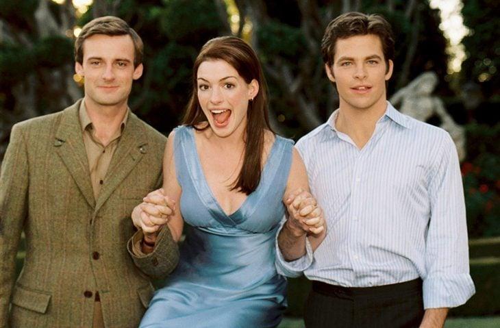 Escena de la película El diario de la princesa 2. Anne Hathaway , Callum Blue y Chris Pine tomados de las manos y posando para una foto