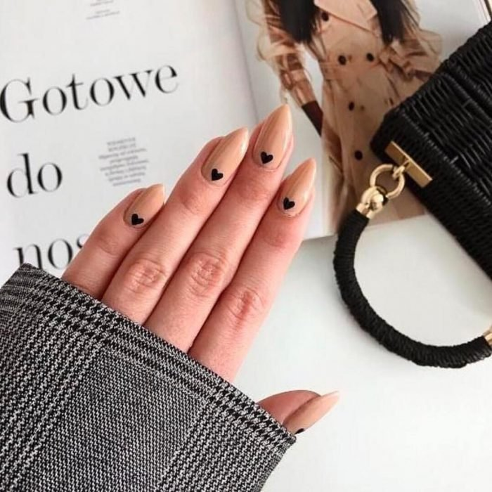 Diseños de uñas con corazones minimalistas