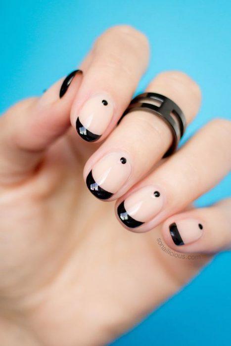 Diseño de uñas minimalista