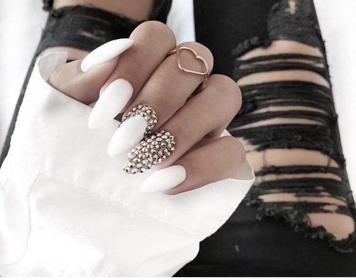 Chica con unas uñas en forma de almendra