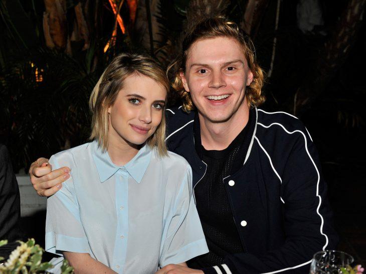La actriz Emma Roberts y el actor Evan Peters en una cena juntos