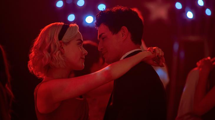 Chica bailando con su novio escena de la serie El mundo oscuro de Sabrina: parte 2