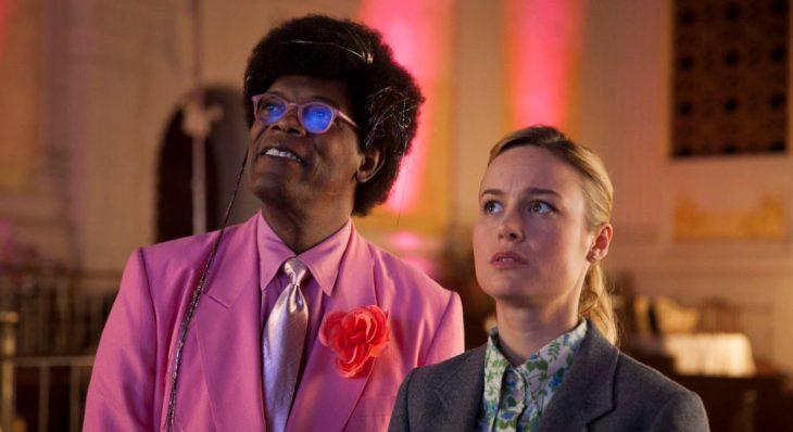 Escena de la película Tienda de unicornios dos personas mirando hacia arriba