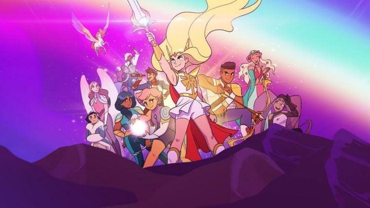 Escena de chicas alzando los brazos en la serie She-Ra y las princesas del poder