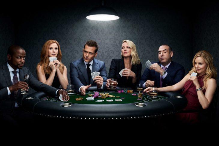 Grupo de amigos jugando poker escena de la serie Suits