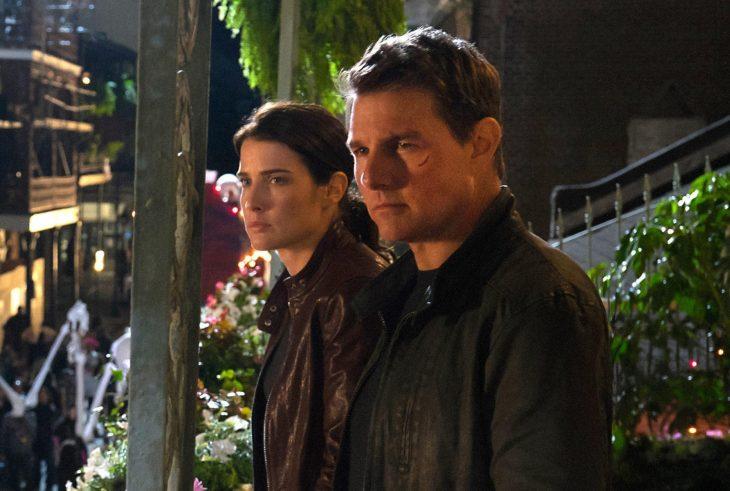 Escena de un hombre y una mujer mirando por el balcón en la película Jack Reacher: Sin regreso