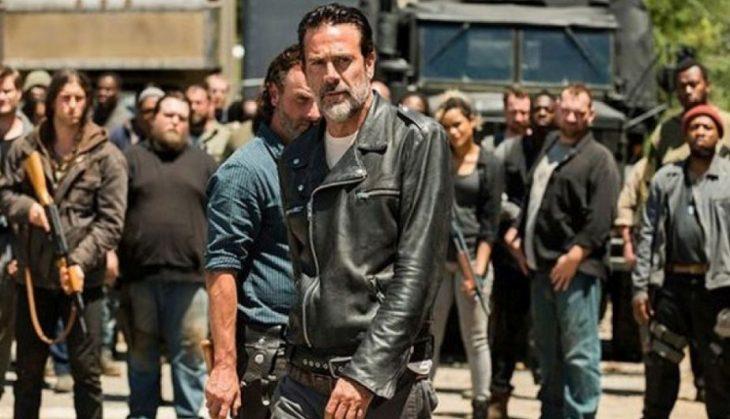 Escena de The Walking Dead, temporada 8 grupo de hombres armados