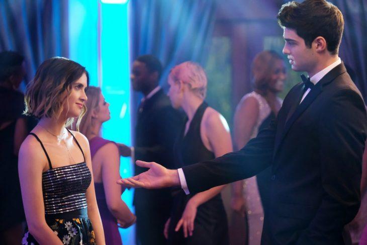 Escena de un chico sacando a bailar a una chica de la película La cita perfecta