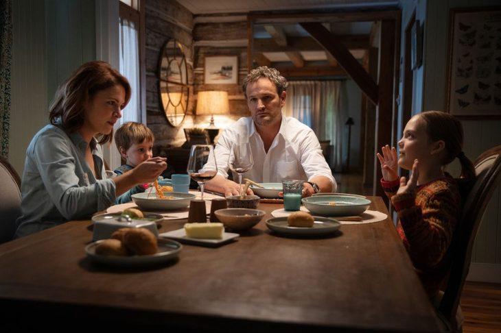familia cenando en la cocina