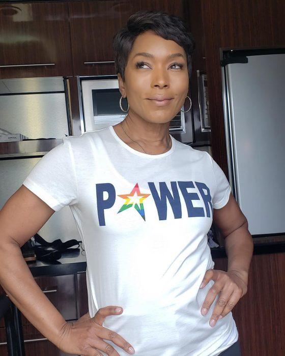 Angela Bassett posando para una foto en la cocina de su casa