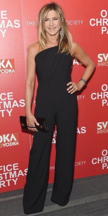 Jennifer Aniston usando un mono color negro durante la alfombra roja de la productora paramount Pictures