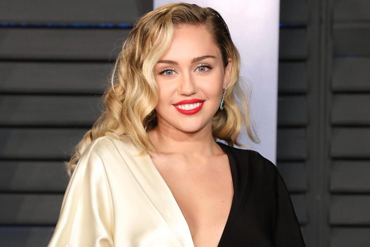 Miley Cyrus en la alfombra roja de la fiesta de Vanity Fair