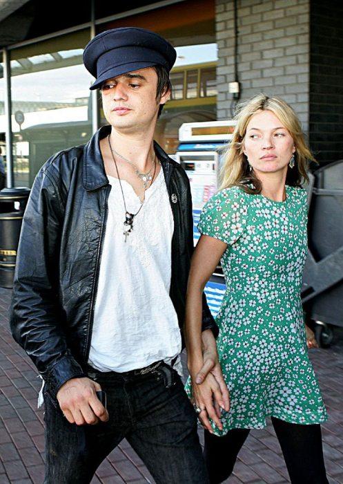 pareja tomada d ela mano y caminando por la calle