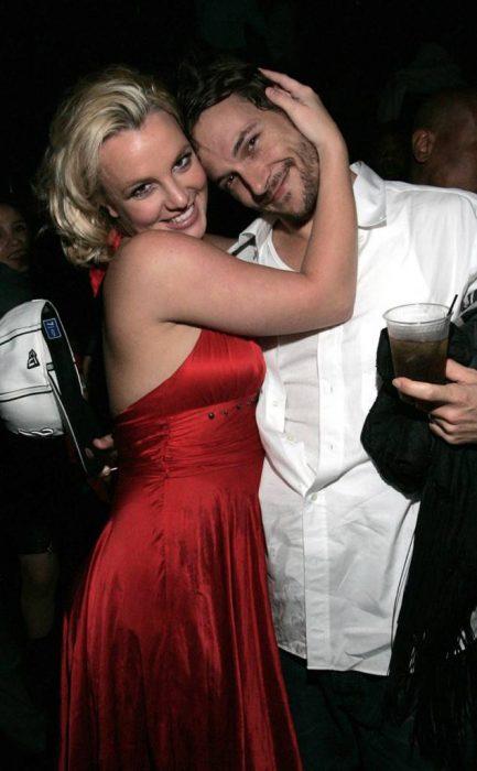 chica abrazando a su novio por el cuello