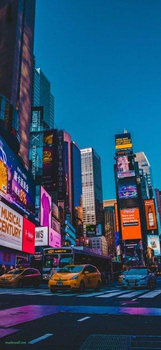 Fondo de pantalla de celular que tiene la ciudad de Nueva York iluminada con colores brillantes