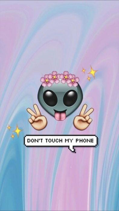 Fondos de pantalla para celular, wallpaper de emoji de extraterrestre con corona de flores sacando la lengua