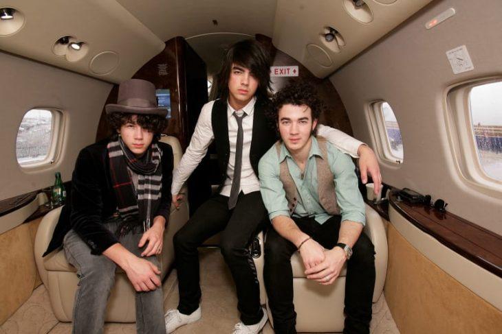 chicos dentro de un avión