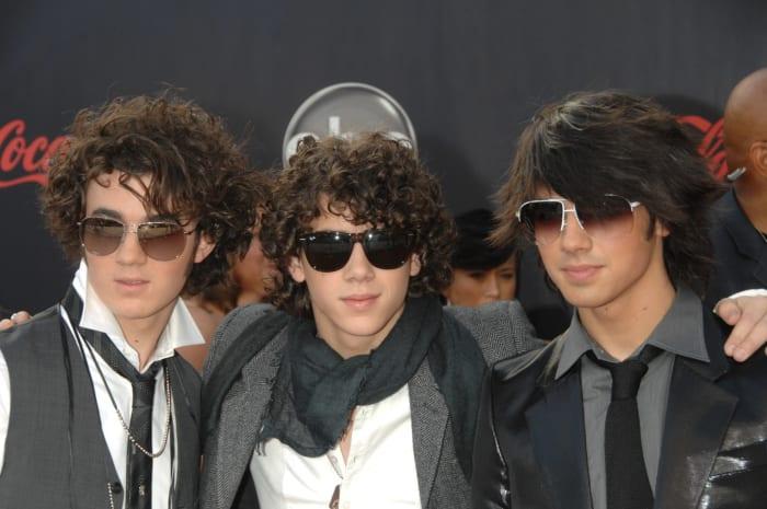 chicos usando gafas grandes y oscuras