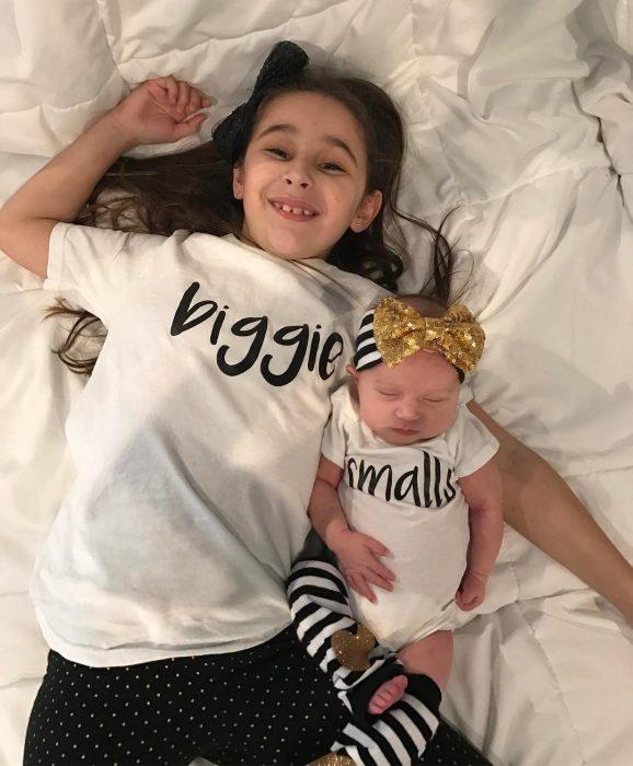 Hermana mayor y hermana menor con ropa que combina