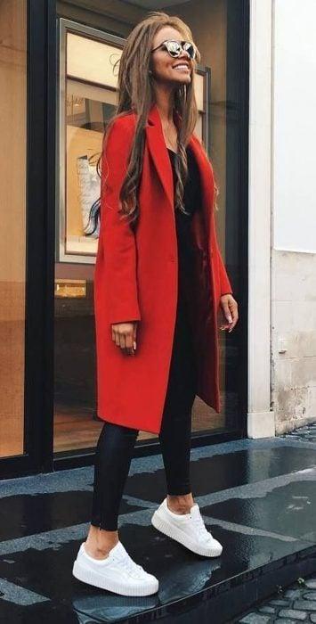 Chica con leggin negro y saco rojo