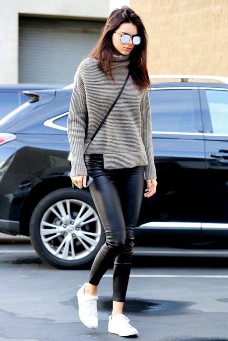 Kendal Jenner paseando por la calle con leggins y sueter gris