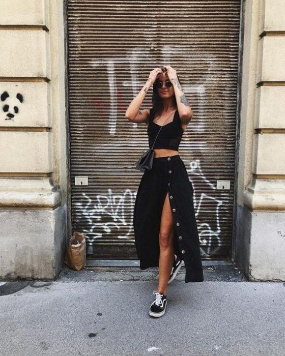 chica con falda abierta