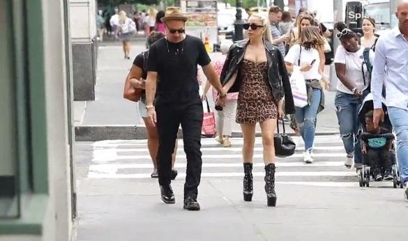 Pareja de adultos jovenes caminando tomados de la mano en las calles de New York