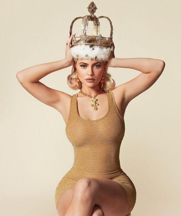Kylie jenner con una corona en la cabeza