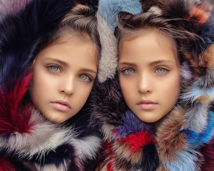 Las gemelas Ava Marie y Leah respectivamente para una sesión fotográfica