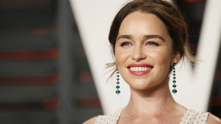 La actriz Emilia Clarke presente en una alfombra roja